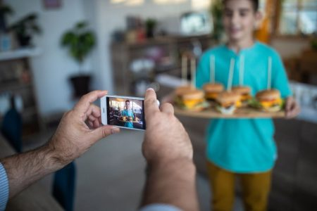 Influencerii pentru copii promoveaza branduri de junk food pe YouTube – obtinand peste un miliard de vizualizari